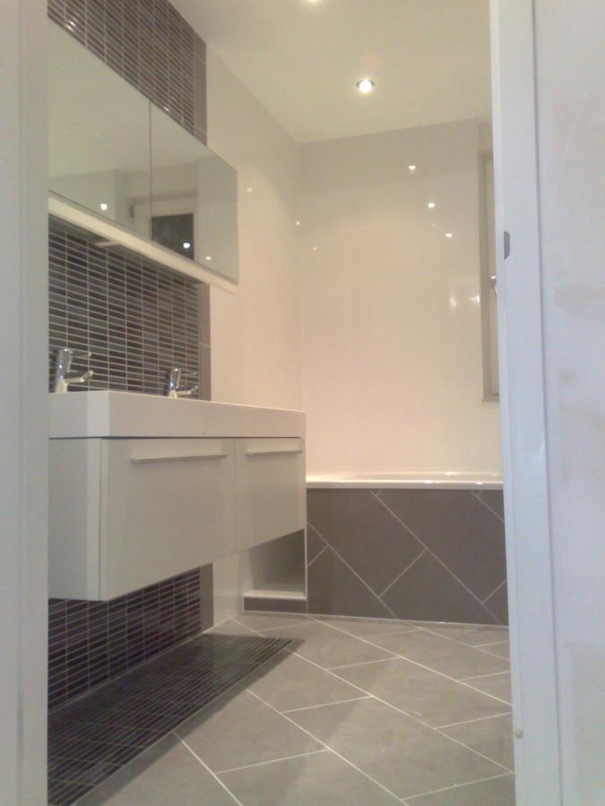 badkamer met bad en inloop douche
